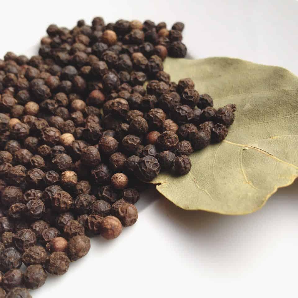Photo de poivre noir en grains