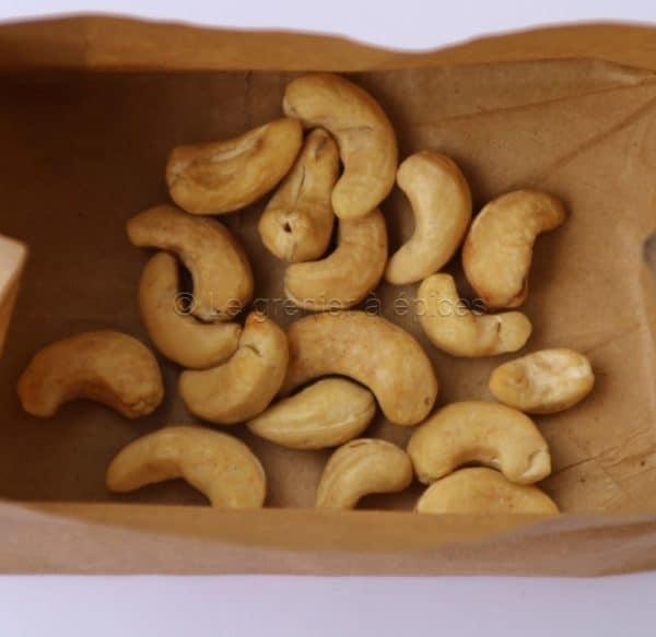 Noix de cajou dans un emballage kraft alimentaire