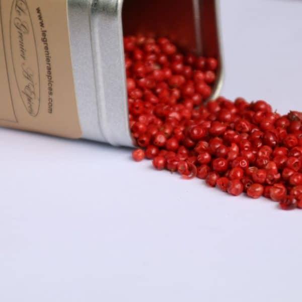 Baies roses dans une boîte métallique