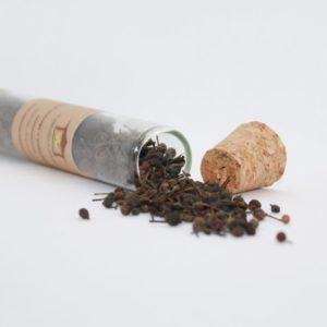 Tube ouvert déversant des graines de poivre sauvage
