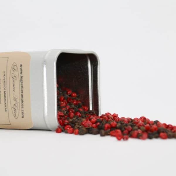 Boîte métallique d'un mélange 3 poivres déversant son contenu