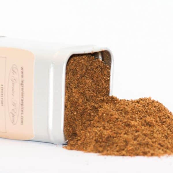 Boîte métallique renversant son contenu de mélange 4 épices